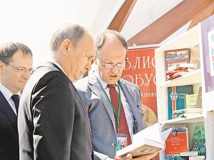 Судя по всему, президенту больше нравится детская и историческая литература