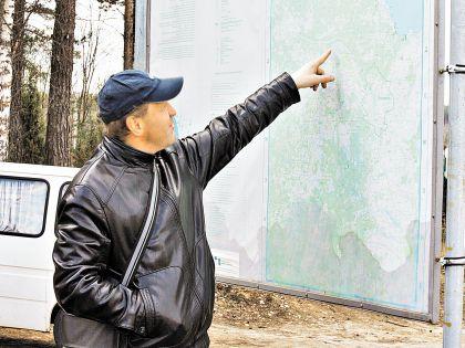 Михаил показывает, где будет 92-километровый забор