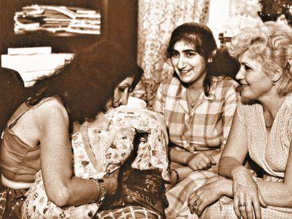Джуна держит новорожденную дочь Катю племянницы Аллы (на фото справа)