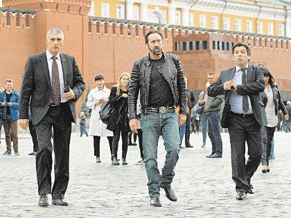 В российской столице Николас Кейдж затарился чебурашками и олимпийскими мишками
