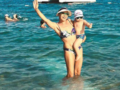 С сыном на море