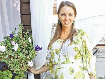 Полина родом из Ростова-на-Дону, в 2009 году она стала женой телеведущего, родила ему троих сыновей