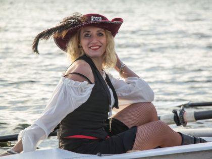Приблизительно так бы могла себя чувствовать Анжелика, героиня «Пиратов Карибского моря», на Москве-реке. За нее — танцовщица Елена Иванова, финалистка Moscow Ball 2015 Rising Stars Championship Latin, в образе пиратки