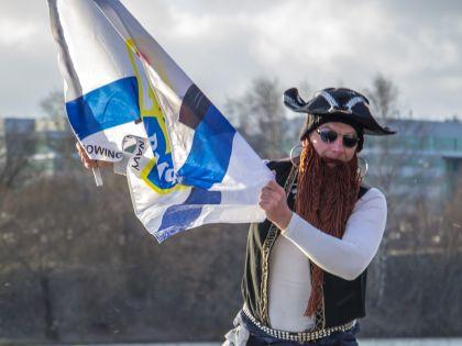 Тренер гребного клуба ЦСК ВМФ Роман Руденко в образе пирата и с флагом ЦСК ВМФ