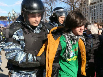 Менее чем через полчаса стая омоновцев-«космонавтов» сдернула нашего собеседника с подножия памятника Пушкину и отволокла в автозак
