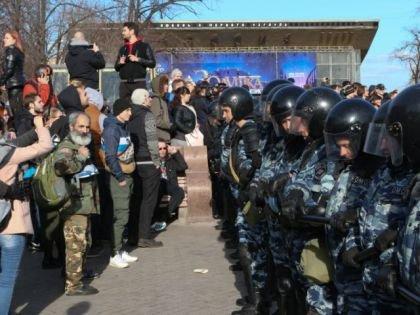 Преследования вышедших на улицу в Москве 26 марта (на фото) продолжаются