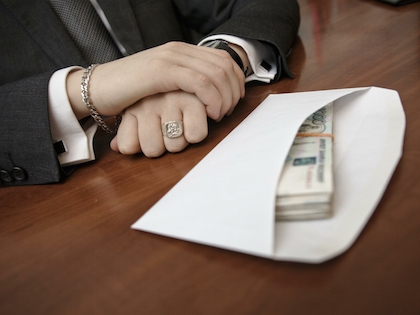 Россиянина обвинили в заговоре, отмывании денег, подделке документов и коррупции