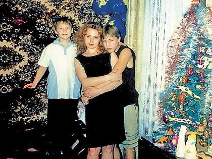 Саша со старшим братом Владимиром и мамой Надеждой