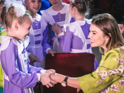Алина Кабаева с девочкой