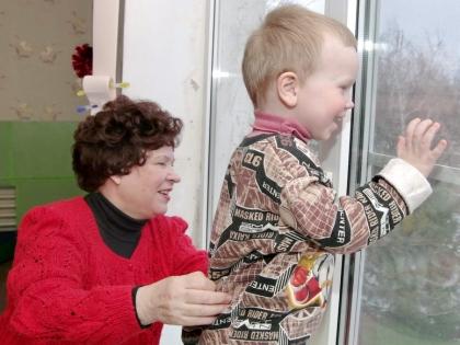 Галина Каштанова с облагодетельствованными детьми