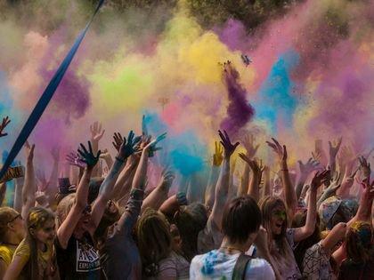 Фестиваль красок – «змеиное проникновение демонических практик в душу нашего народа», считают в Челябинской епархии РПЦ