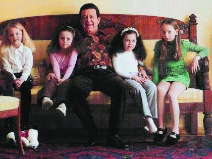 Семья певца традиционно отмечает праздник вместе (на фото - Кобзон с внучками)