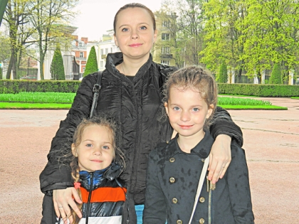 Алиса Кожикина с мамой и сестрой