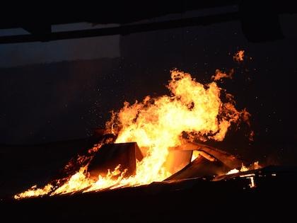 Огонь на складе лакокрасочных изделий вспыхнул утром