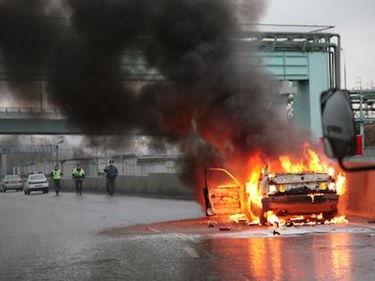 Автомобиль совершил наезд на препятствие и загорелся