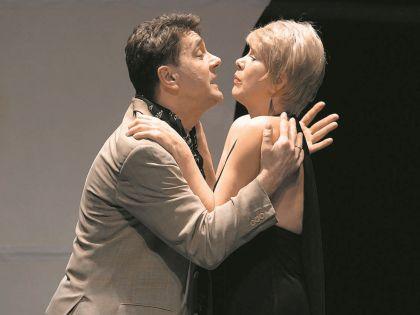 Сергей Маковецкий и Татьяна Догилева в ее антрепризном спектакле «Лунный свет, медовый месяц»