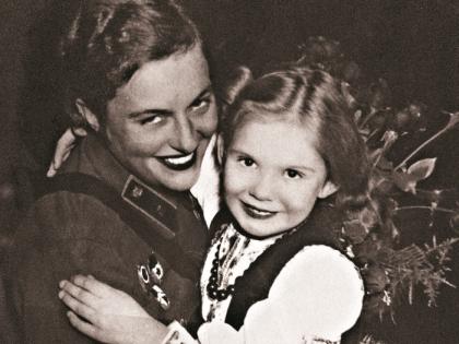 Людмила Павличенко с внучкой Аленой