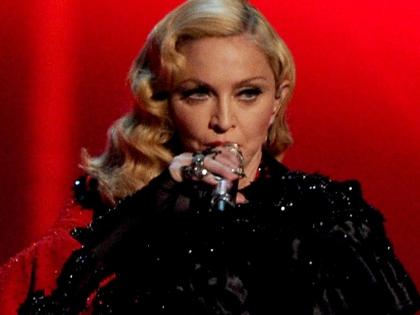 Мадонна сразу после падения прекратила петь