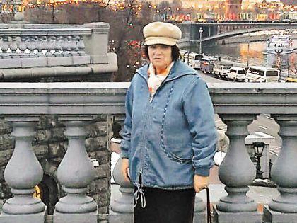 Людмила Андреевна уже давно живет в столице, куда ее перевезла знаменитая дочь