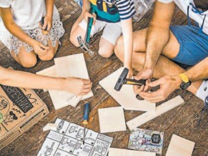 «Вся семья собирается над домиком-конструктором»