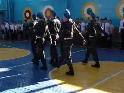 Вся эта атмосфера военного противостояния расцветает в школе