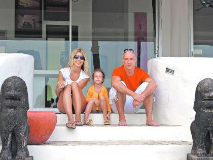 Денис Майданов с женой и дочерью