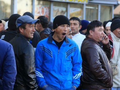 Около Царицынского центра тестирования всегда толпились группки иностранного вида граждан