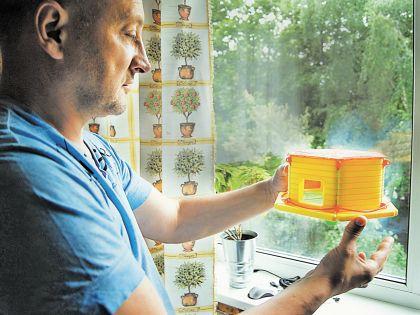 Михаил Щеглов со своим счастливым изобретением (на фото – макет)