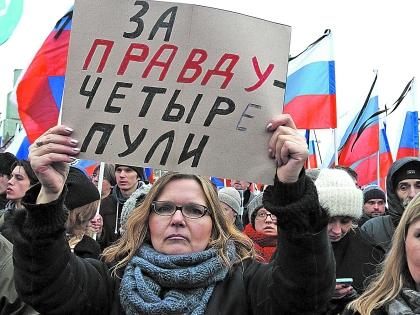 В толпе многие делились воспоминаниями о Немцове