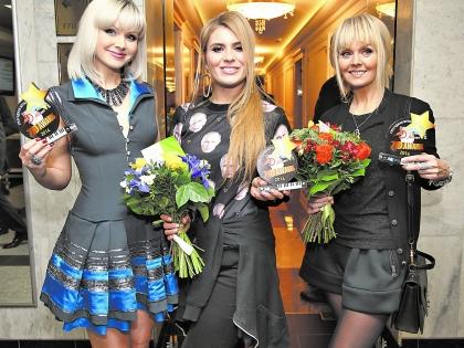 Натали, Анну Шульгину и Валерию задарили цветами