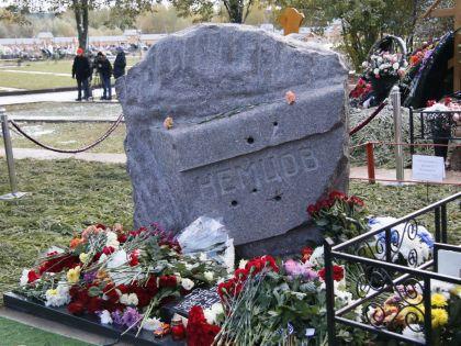 Памятник Борису Немцову открыли 9 октября на Троекуровском кладбище в Москве