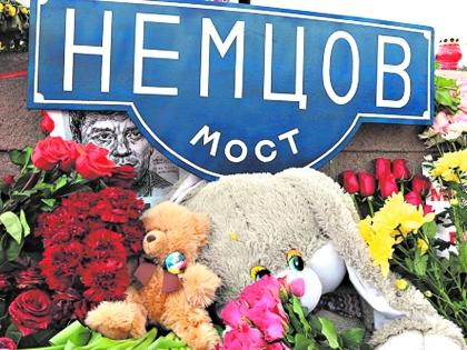 Венки на Большом Москворецком мосту, где убили Немцова