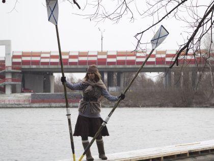 Ольга Разенкова с веслами на плоту. Пиратка в русском стиле — тельняшка, пуховка и валенки