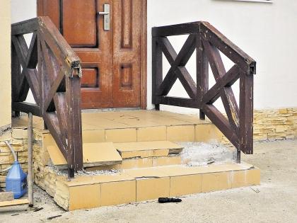Развалившееся крыльцо – у половины новых домов