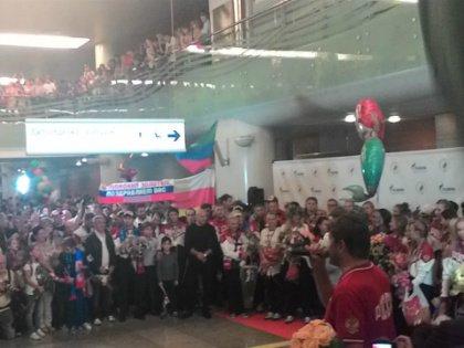 Терминал В аэропорта Шереметьево заполнен встречающими российских спортсменов