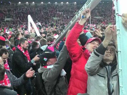 На стадион должно было выйти ограниченное число болельщиков под контролем службы безопасности