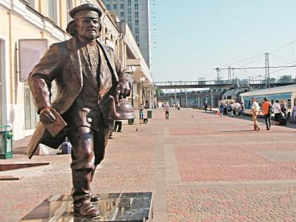 Скульптура отца Федора из «12 стульев» на вокзале Харькова