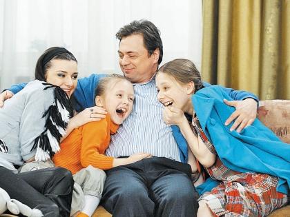 Лиза Арзамасова с коллегами по сериалу «Папины Дочки»