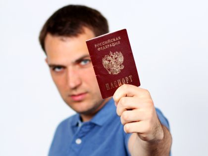 Мужчина с паспортом в руке