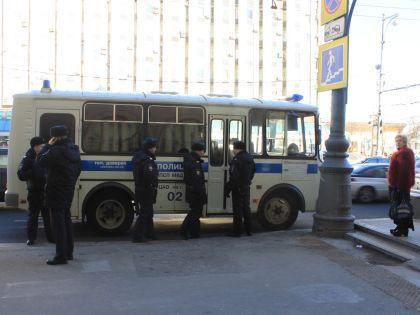 Возле автобусной остановки дежурит «пазик»