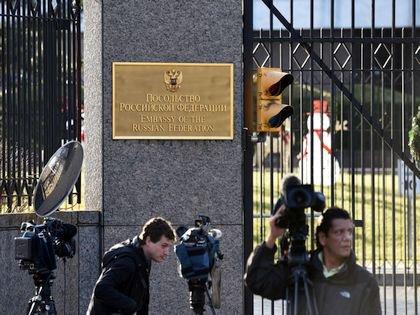 Журналисты дежурят у посольства РФ в США