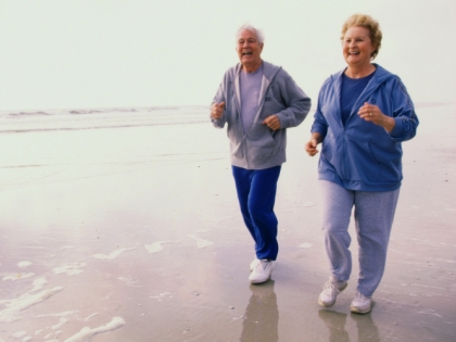 Пожилые мужчина и женщина на пробежке