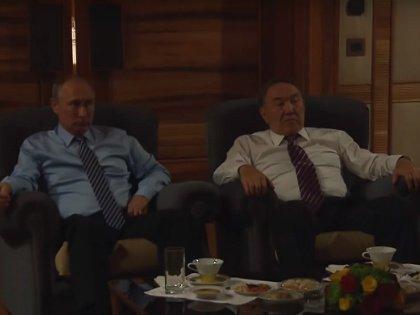 Владимир Путин и Нурсултан Назарбаев смотрят фильм «28 панфиловцев»