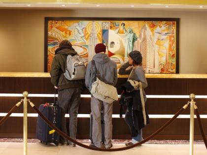 Туристы на ресепшне отеля