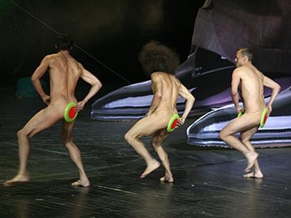 Артистам, чтобы заработать на штаны, порой приходится вот так изгаляться
