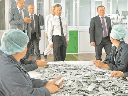 Премьер посетил даже таблеточное производство. Жаль, от кризиса таблеток нет!