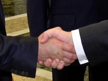 Рукопожатие Владимира Путина и Петра Порошенко