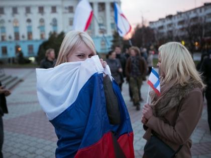 Девушка с флагом России
