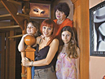 Шилова со своими дочками и мамой
