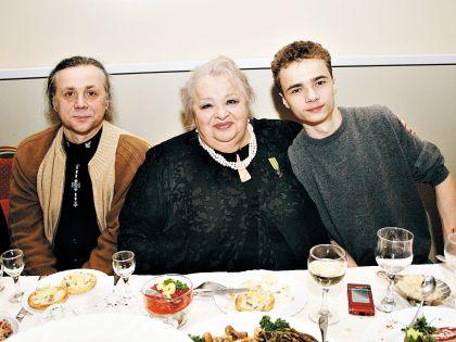 Крачковская с сыном и внуком